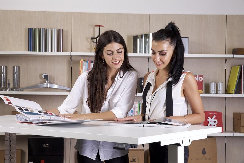 Problemi posturali e vita in ufficio, ecco perché una scrivania elevabile può salvarti